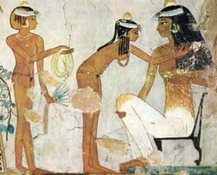 """L'une des plus anciennes scènes de toilette de notre civilisation. On y voit deux jeunes servantes préparant leur maîtresse. Elles portent des cônes de graisse parfumés et des colliers de fleurs, signes visuels du parfum dégagé par cette scène. (""""Peinture de la tombe de Djeserkaraseneb"""", Nécropole de Thèbes en Egypte, vers 1400 av. JC.)"""