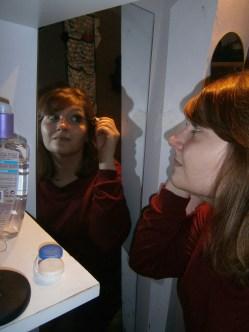 """""""Je me suis fait un petit espace de maquillage, avec mon démaquillant et mon boîtier à lentilles. Je m'assois toujours sur mes toilettes pour me maquiller ! C'est un peu comme une coiffeuse à maquillage."""""""