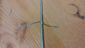 Je twiste le début de mes fils pour que ça ne bouge pas pendant l'enroulage. Si vous n'en utilisez que deux, il suffit de plier un seul grand fil.