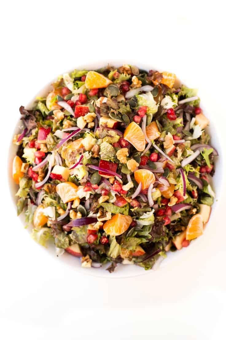 Ensalada vegana de navidad - Esta ensalada vegana de Navidad es ideal para empezar las comilonas con un plato ligero, sano y nutritivo. Es muy festiva y está para chuparse los dedos.