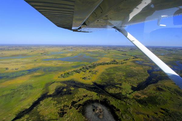 Met een vliegtuigje over de Okavango Delta is absoluut een must do
