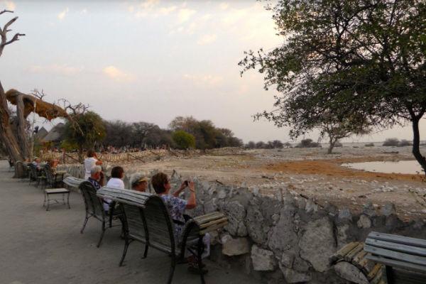 waterhole-okaukuejo-rest-camp-etosha-namibie