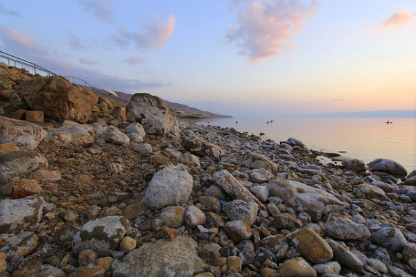 Zonsondergang bij de Dode Zee prachtige op de route Jordanie