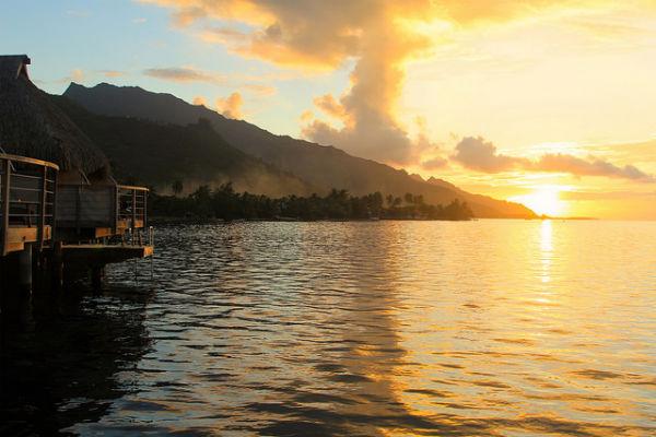 Een prachtige zonsondergang vanuit onze overwater bungalow