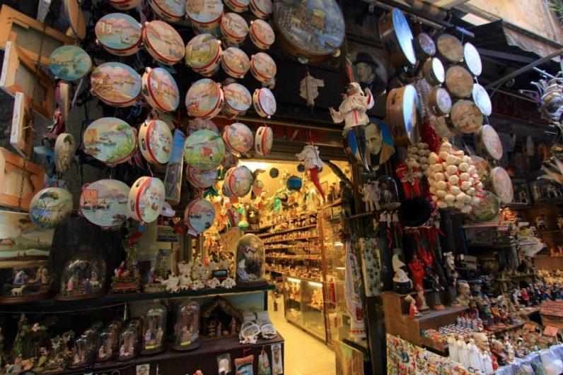 Wat je zeker moet doen in Napels is Via San Gregorio Armeno bezoeken