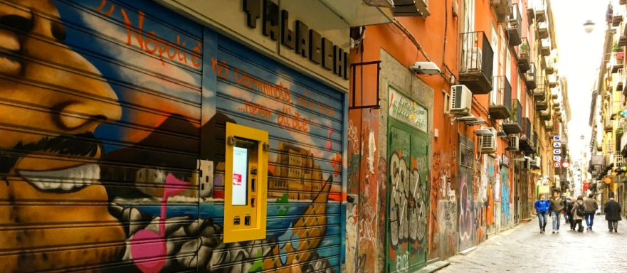 straten van napels vol graffiti in italie