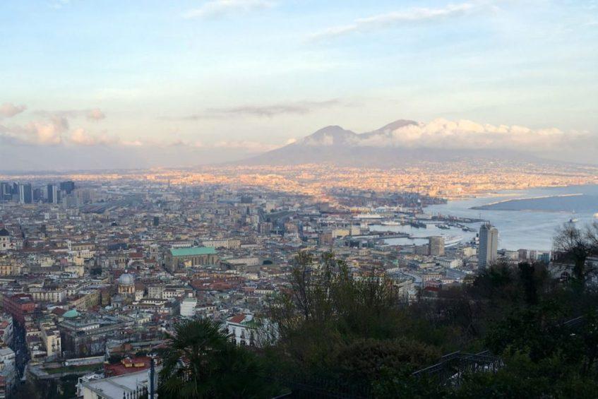 Uitzicht over Napels en de Vesuvius Italie na een ritje met de funicolare