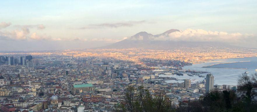 Uitzicht over de baai van Napels en de Vesuvius Italie