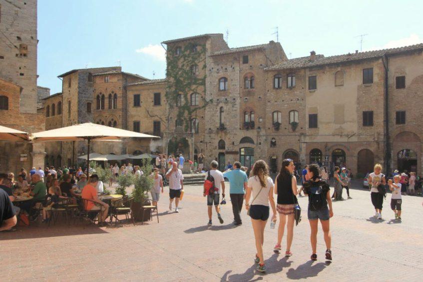 De sfeervolle straten van het Middeleeuwse San Gimignano in Toscane