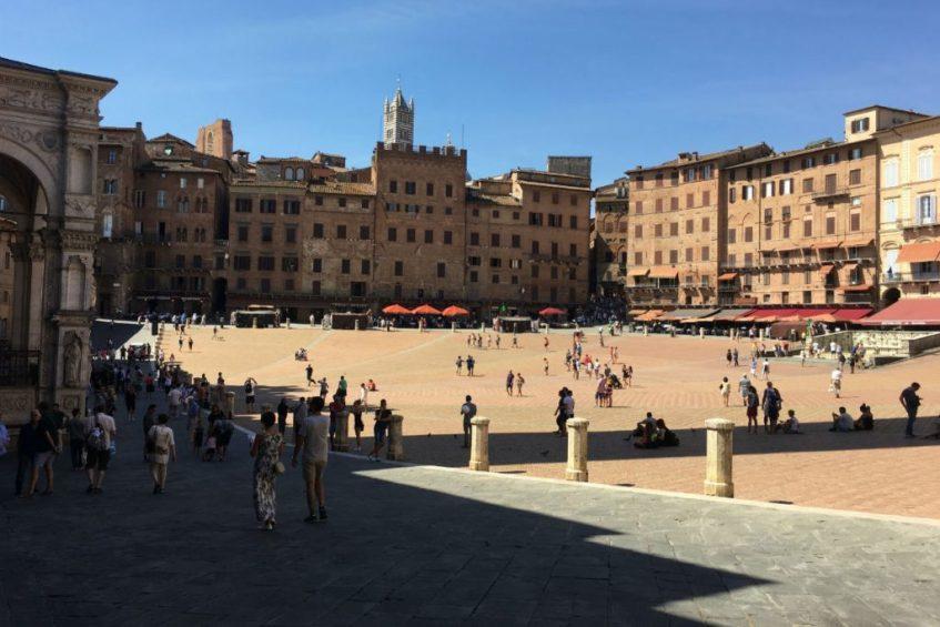 Het schelpvormige Piazza del Campo in Siena Toscane