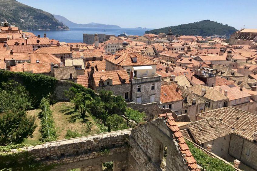 De stad Dubrovnik vanaf de stadsmuren gezien Kroatie