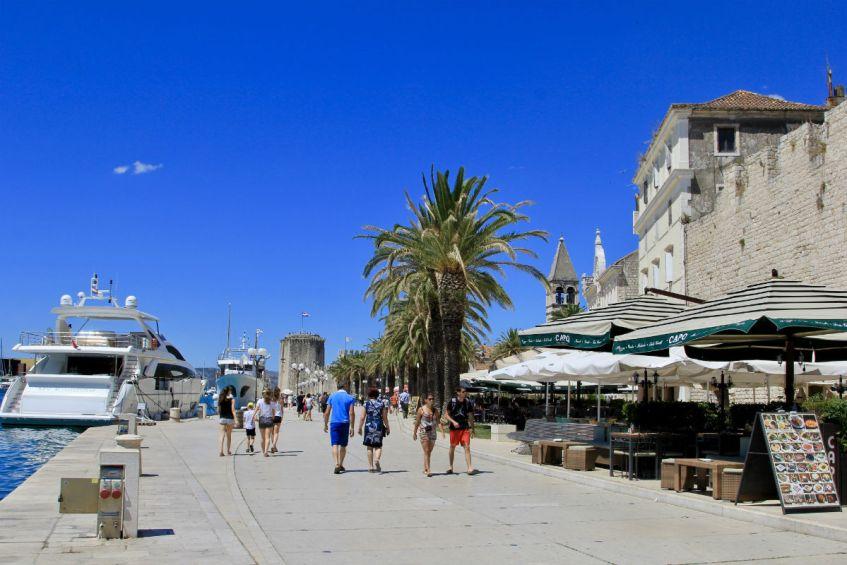 De sfeervolle boulevard van Trogir in Dalmatie