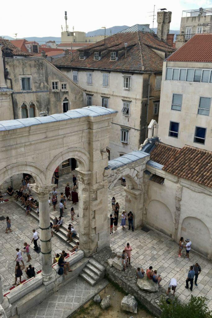 Doen in Split geniet van het uitzicht vanuit de klokkentoren in Split in het Paleis van Diocletianus
