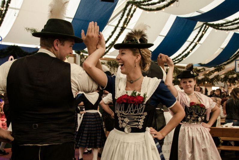 Dansen op het Oktoberfest in Munich