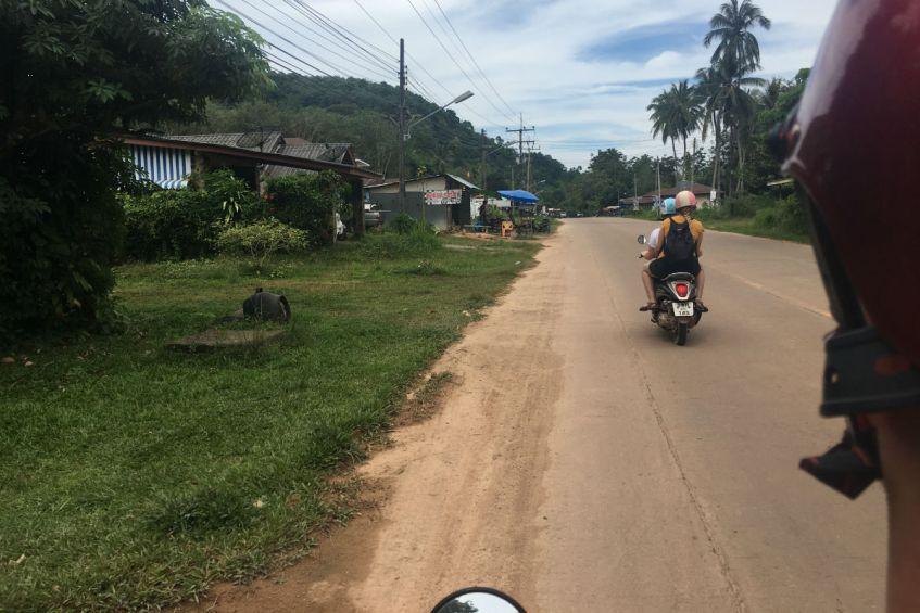 Achterop de scooter op Koh Lanta eiland in Thailand