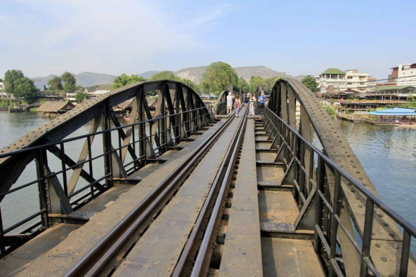 De brug over de rivier Kwai in Kanchanaburi Thailand