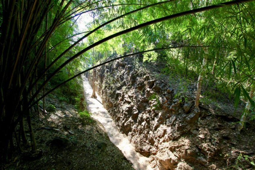 De nauwe doorgang in de rotsen beter bekend als de Hellfire Pass bij Kanchanaburi in Thailand
