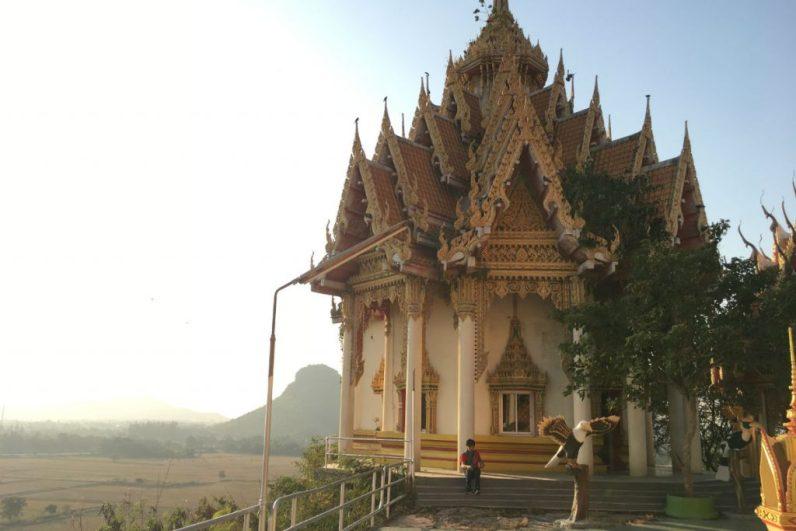 Het prachtige uitzicht bij Wat Tham Sua zeker aan doen in Kanchanaburi