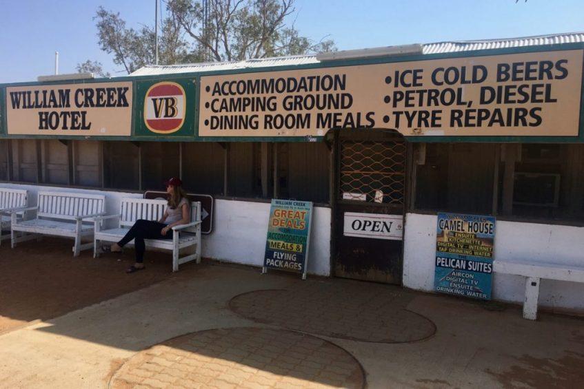 Stop ook even voor een drankje bij het Willam Creek Hotel aan de Oodnadatta Track