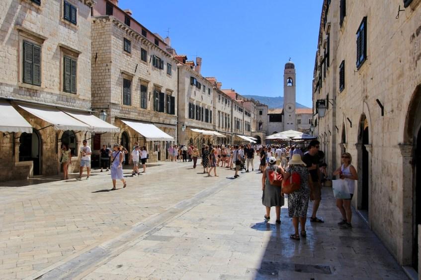 In Dubrovnik moet je zeker door de mooie straatjes struinen