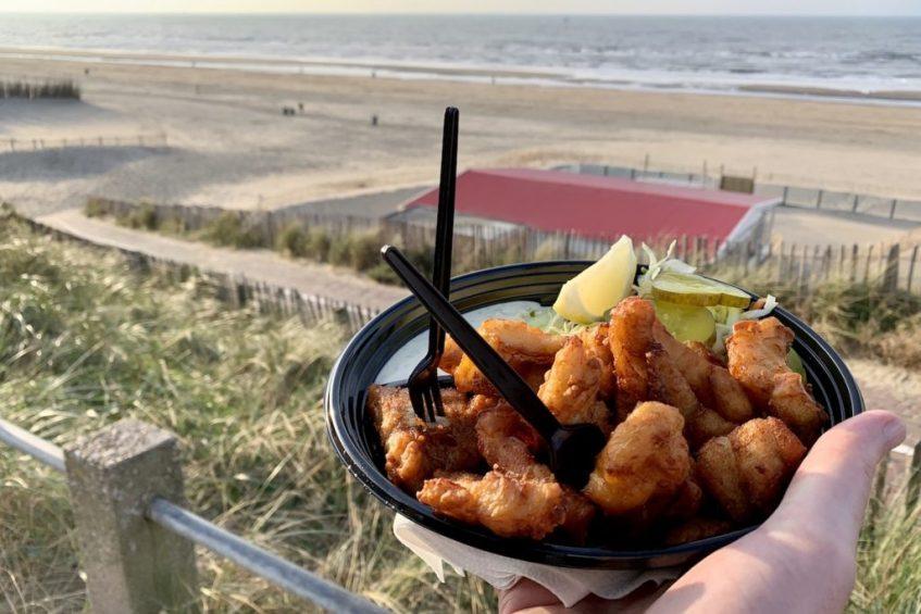 Wat te doen in omgeving Zandvoort? Maak een hele fijne strandwandeling en struin over de Zandvoort boulevard en eet verse kibbeling