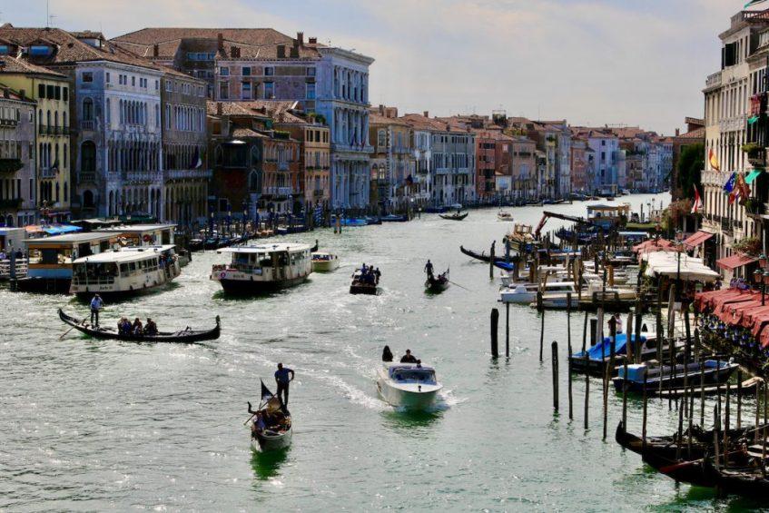 Het uitzicht vanaf de Rialtobrug over Canal Grande geeft de sfeer in Venetie goed weer; wat een hoogtepunt!