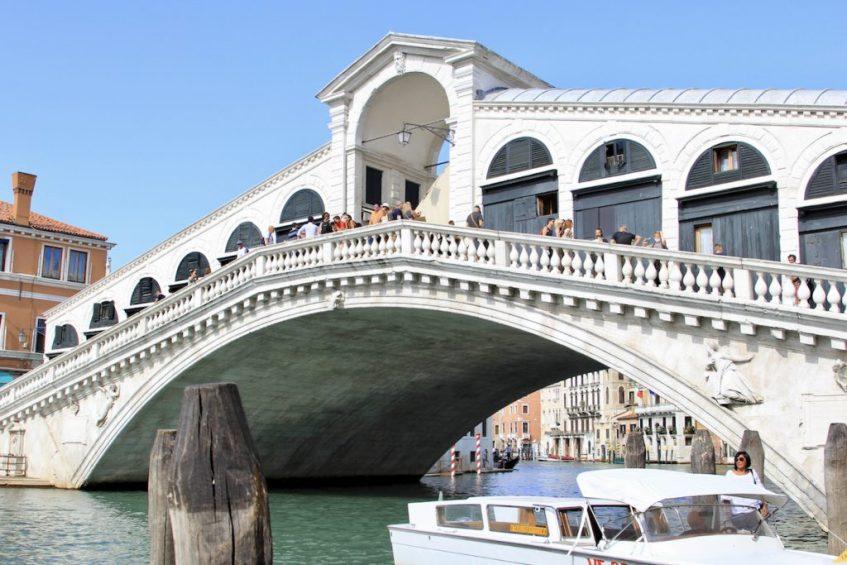 De Rialtobrug mag je niet missen in Venetie, want het is absoluut een van de fotogenieke plekken in venetie