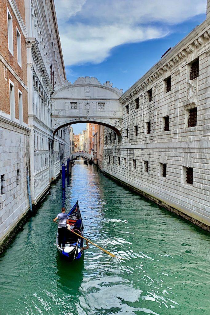 De Brug der Zuchten mag je niet missen in Venetie, want het is absoluut een van de fotogenieke plekken in venetie