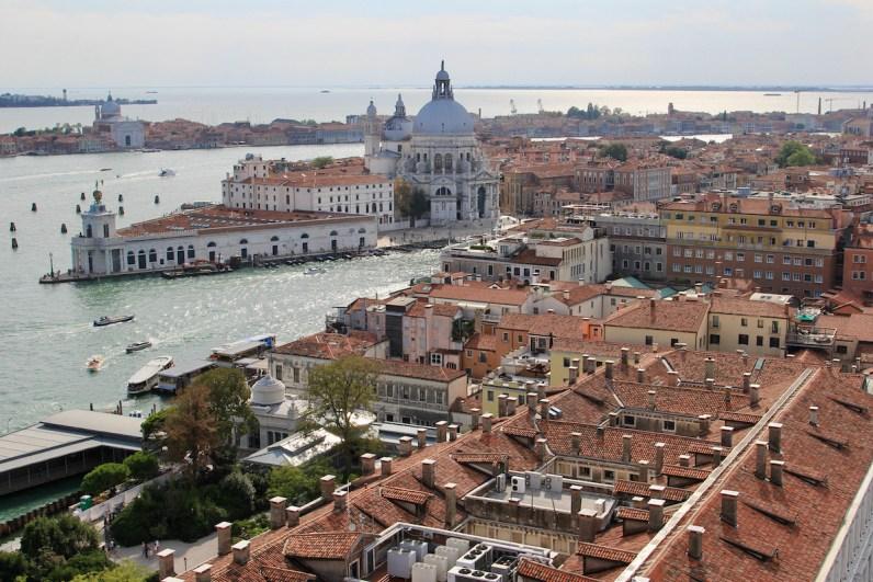 Het uitzicht vanaf de Campanile richting Basilica di Santa Maria della Salute is zeker een van de hoogtepunten van Venetië: de leukste bezienswaardigheden
