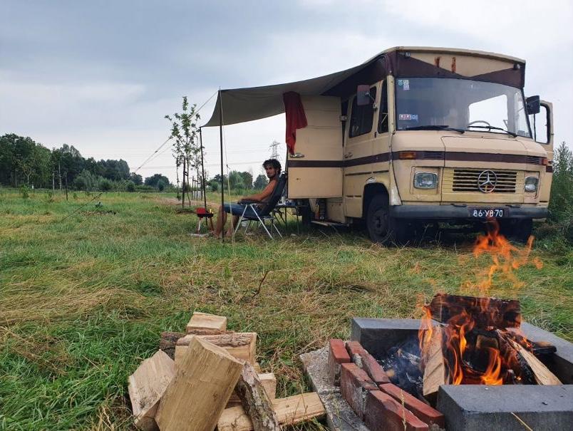 Slapen in Groningen op een unieke plek in de provincie? Wat dacht je van deze oldtimer camper bus in Boerakker?