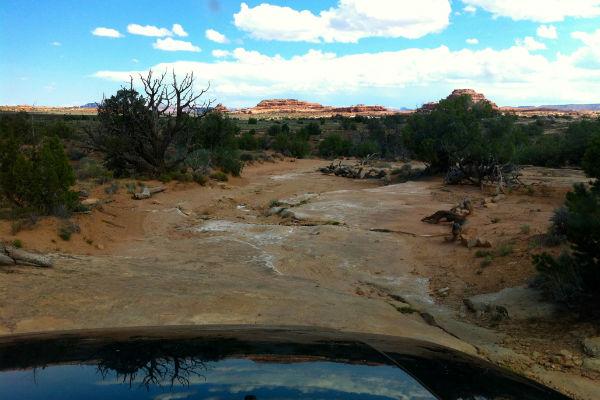 Met onze jeep maneuvrerend door het woeste landschap van Canyonlands Nationaal Park