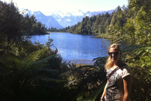 Het knalblauwe Lake Matheson nabij de gletsjers aan de westkust