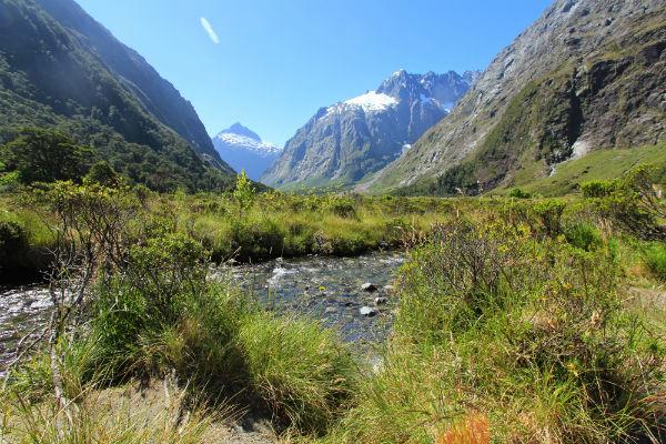 Het landschap onderweg van Te Anau naar de Miljord Sound is onbeschrijfelijk mooi