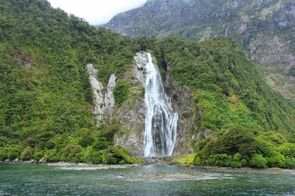 Het water van de hoogste waterval in de sound, de Bowen Falls, klettert naar beneden