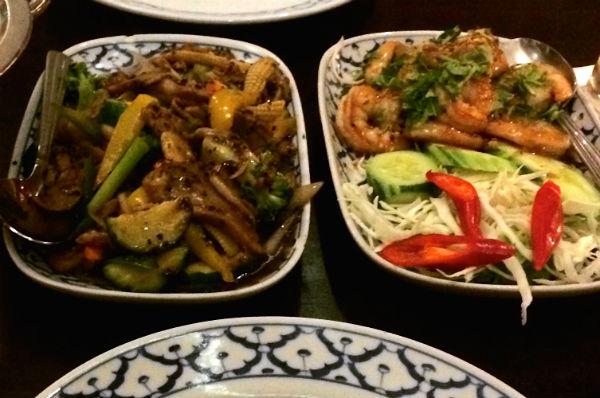 Jasmijnrijst met verse groenten en vlees en vis in een overheerlijke saus