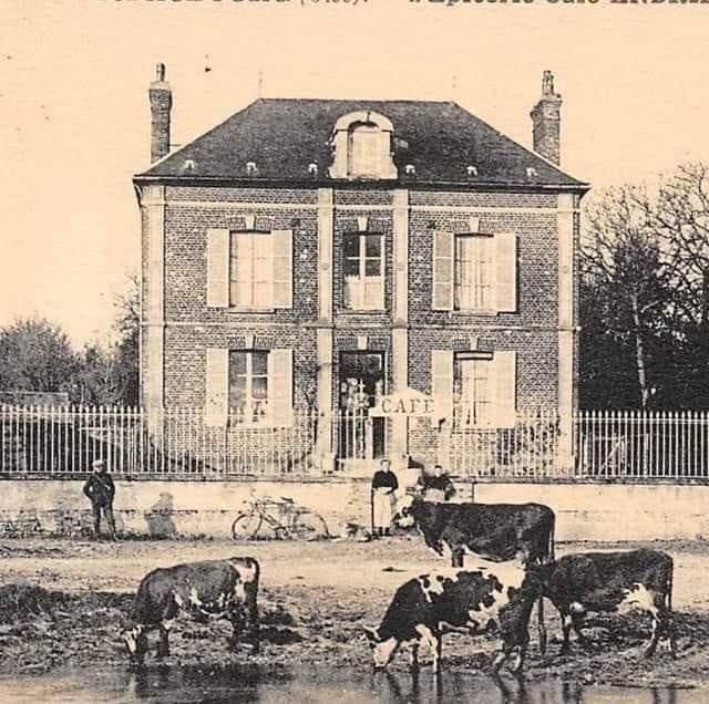Historique : Café d'Hélène Andrieux décrit aux pages 45 et 46 du roman Le Crime de Blacourt