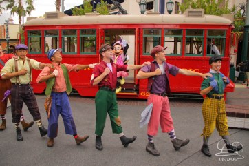 Minnie Mouse Joins Mickey Mouse in Red Car Trolley News Boys-2