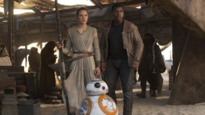 Star Wars: The Force Awakens..L to R: Rey (Daisy Ridley) and Finn (John Boyega)..Ph: David James..© 2015 Lucasfilm Ltd. & TM. All Right Reserved.
