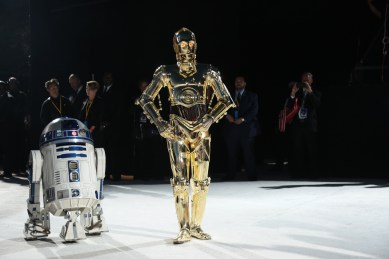 R2-D2 and C-3PO arriveon the red carpet for the world premiere of LucasfilmÕs Star Wars: The Last Jedi at the Shrine Auditorium in Los Angeles, December 9, 2017.(Photo: Alex J. Berliner / ABImages ).
