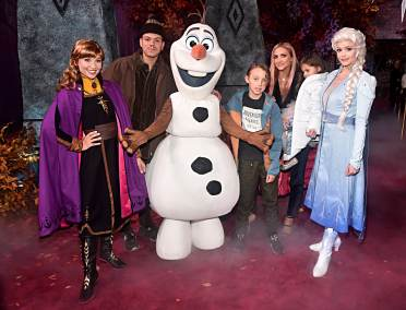 "HOLLYWOOD, CALIFORNIA - NOVEMBER 07: (L-R) Anna, Evan Ross, Olaf, Bronx Wentz, Ashlee Simpson, Jagger Snow Ross, and Anna attend the world premiere of Disney's ""Frozen 2"" at Hollywood's Dolby Theatre on Thursday, November 7, 2019 in Hollywood, California. (Photo by Alberto E. Rodriguez/Getty Images for Disney)"