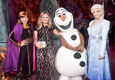 """HOLLYWOOD, CALIFORNIA - NOVEMBER 07: (L-R) Anna, Director/writer/Walt Disney Animation Studios CCO Jennifer Lee, Olaf, and Elsa attend the world premiere of Disney's """"Frozen 2"""" at Hollywood's Dolby Theatre on Thursday, November 7, 2019 in Hollywood, California. (Photo by Alberto E. Rodriguez/Getty Images for Disney)"""