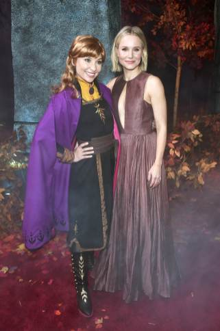 """HOLLYWOOD, CALIFORNIA - NOVEMBER 07: (L-R) Anna and Actress Kristen Bell attend the world premiere of Disney's """"Frozen 2"""" at Hollywood's Dolby Theatre on Thursday, November 7, 2019 in Hollywood, California. (Photo by Alberto E. Rodriguez/Getty Images for Disney)"""