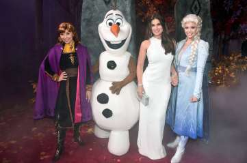 "HOLLYWOOD, CALIFORNIA - NOVEMBER 07: (L-R) Anna, Olaf, Actress Idina Menzel, and Elsa attend the world premiere of Disney's ""Frozen 2"" at Hollywood's Dolby Theatre on Thursday, November 7, 2019 in Hollywood, California. (Photo by Alberto E. Rodriguez/Getty Images for Disney)"