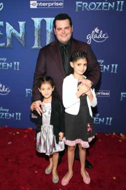 "HOLLYWOOD, CALIFORNIA - NOVEMBER 07: (L-R) Isabella Gad, Actor Josh Gad, and Ava Gad attend the world premiere of Disney's ""Frozen 2"" at Hollywood's Dolby Theatre on Thursday, November 7, 2019 in Hollywood, California. (Photo by Jesse Grant/Getty Images for Disney)"