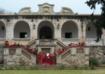 Estancia Alta Gracia: visiting school group on main stair