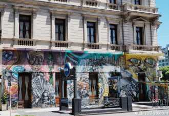 StreetArt in Buenos Aires: this very colourful piece decorates the front of a hotel on the corner of Av. 25 de Mayo and Av. 9 de Julio