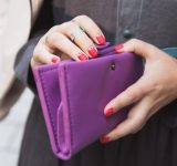 女子の財布の中にこっそり入っているものを聞いてみたら…意外なものが♡