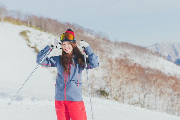 【スキーウエアSNAP】ビビッドな赤がゲレンデで映えるカジュアルコーデ