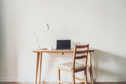 両方机じゃないの?「デスク」と「テーブル」の明確な違い、知っていますか?【違いは何!?】