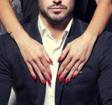年収1000万円以上の男性がつい見てしまう女性のパーツ、2位は髪。1位は…